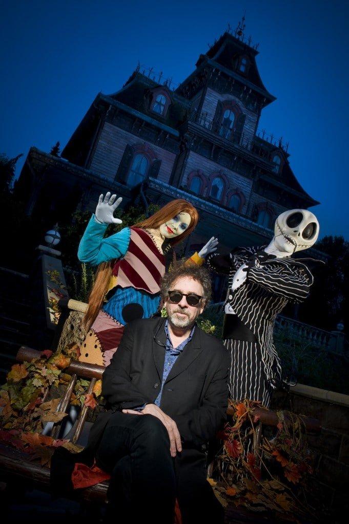 Tim Burton à Disneyland Paris devant Phantom Manor
