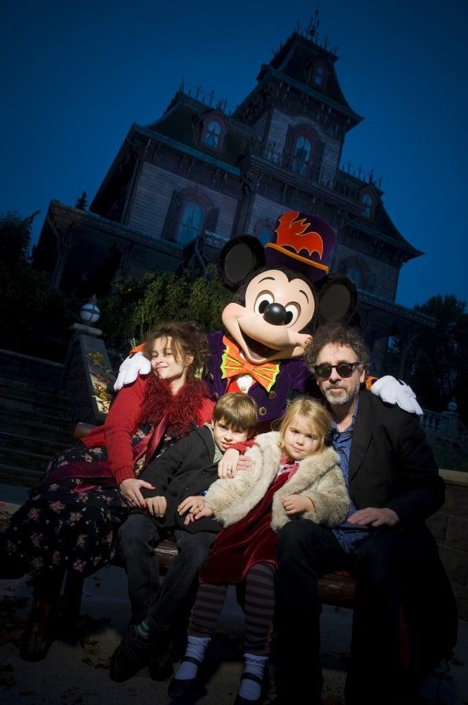 Tim Burton en famille à Disneyland Paris devant Phantom Manor