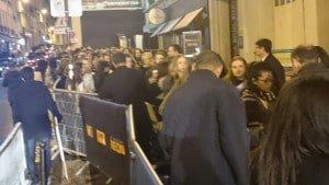 Le public arrive au niveau du Golden Carpet pour ensuite accéder dans les gradins du Grand Rex.