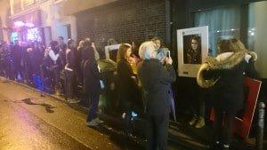La file d'attente du public venu très nombreux et se prenant en photo avec des cadres des MFA 2015
