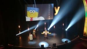 """Bob l'Eponge, gagnant dans la catégorie """"Virtual Ambassador"""" reçoit un trophée...remis par le lapin, mascotte de Melty."""