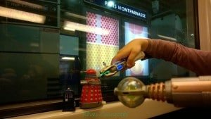 Chronique d'un anniversaire sous le signe de Doctor Who, après avoir vu en famille les 8 saisons de la nouvelle série. The Majestic Tale (Of a Madman in a Box). 38