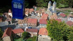 Chronique d'un anniversaire sous le signe de Doctor Who, après avoir vu en famille les 8 saisons de la nouvelle série. The Majestic Tale (Of a Madman in a Box). 47