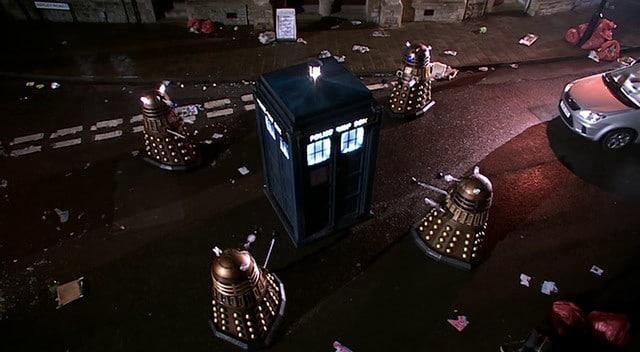 Le TARDIS encerclé par des DALEKS
